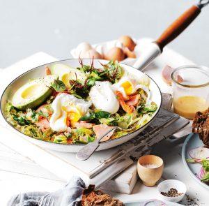 salade met forel, zuurkool en gepocheerd ei
