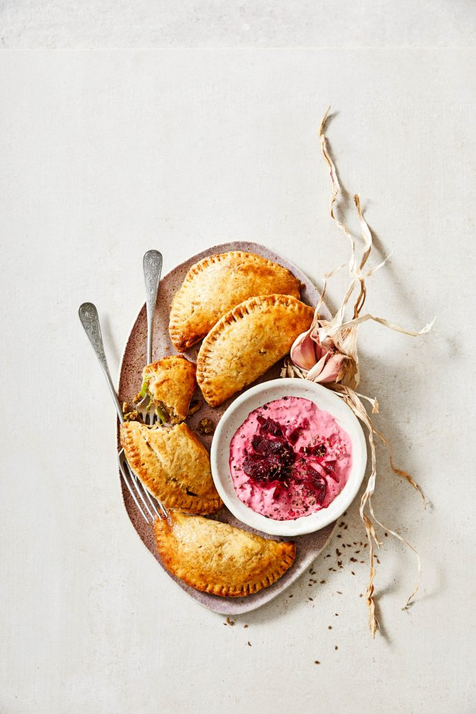 pastinaak-empanadas met bieten-anijsdip
