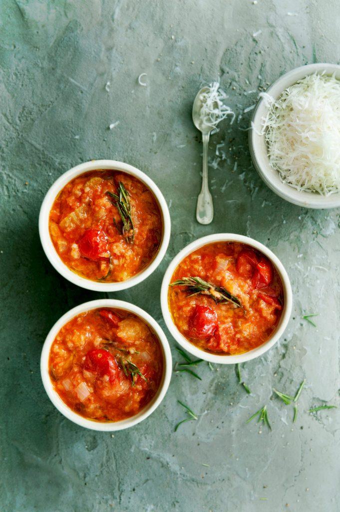 tomaten-broodsoep met rozemarijn