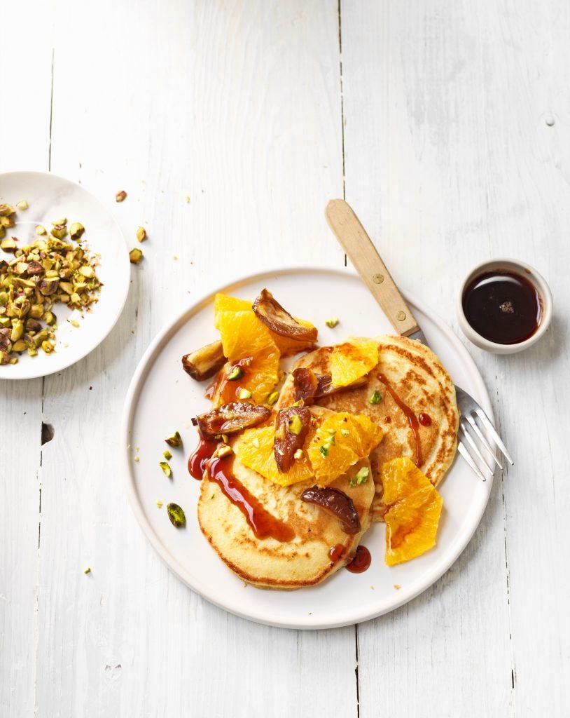 American pancakes met sinaasappel-dadelsalade - delicious