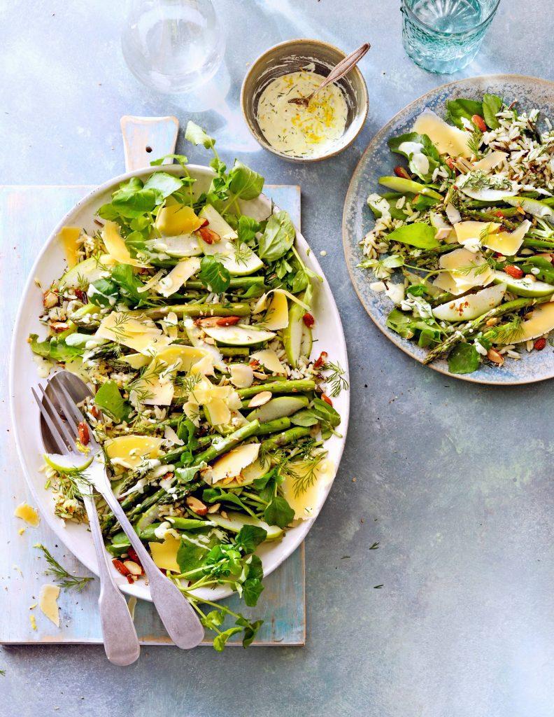 groene maaltijdsalade met asperges en oude kaas - delicious