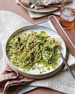 speltspaghetti met rucolapesto en geroosterde citroen
