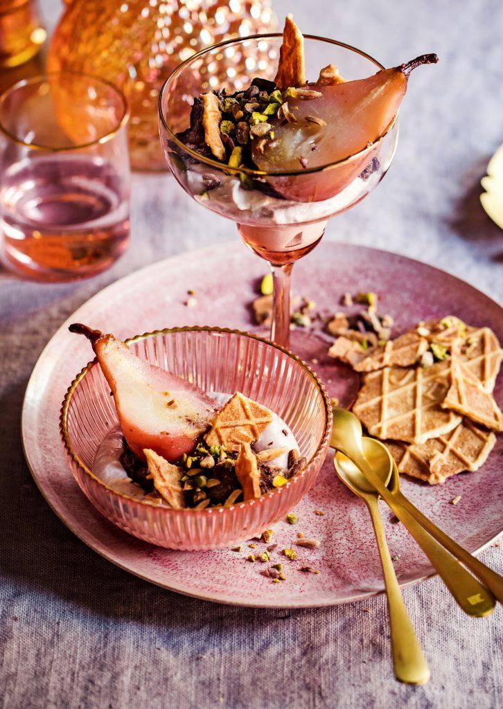 chocolade- & frambozenmousse met peer en gesuikerde pistach - delicious