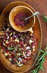 rode-rijstsalade met roodlof, rodekool en geroosterde walnoten - delicious