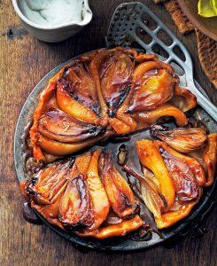 tarte tatin van sjalot en peer met geklopte roquefort - delicious