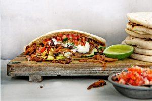 Vegan-groentepita-met-pulled-oats,-knoflooksaus-en-koriandersalsa