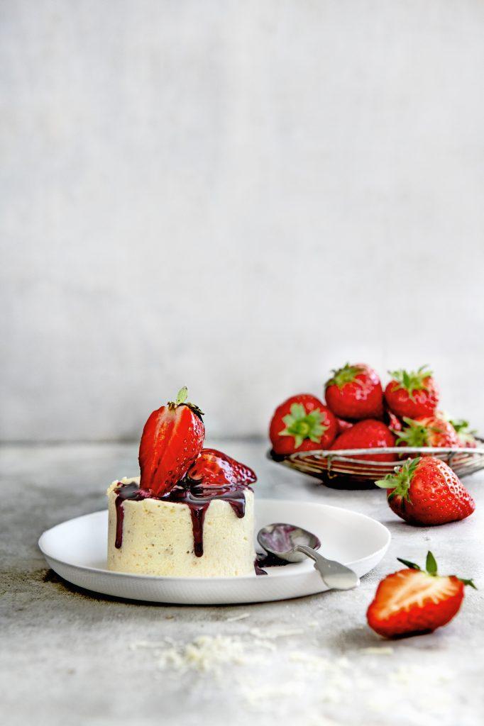 witte-chocolade ijstaartjes met aardbeien in rodewijnsaus