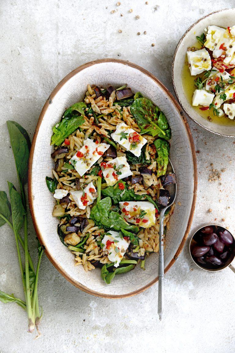 kritharaki met aubergine, spinazie en gemarineerde feta