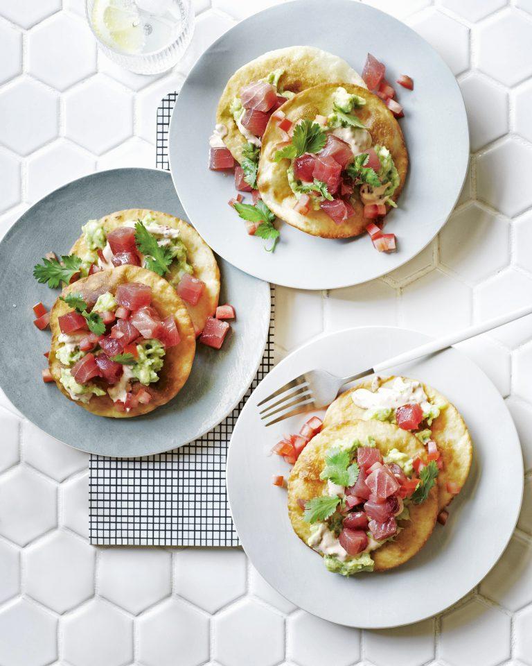 Tostada met tonijn en guacamole met jalapeno