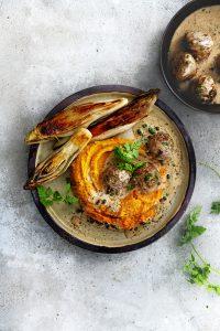 Geroosterde witlof met gehaktballetjes en kruiden-pepersaus